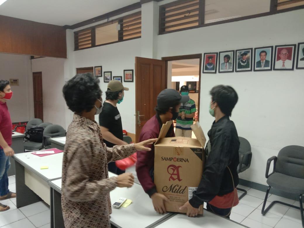 Pemberian Bantuan Sembako bagi mahasiswa FT UKI yang kost di sekitar UKI