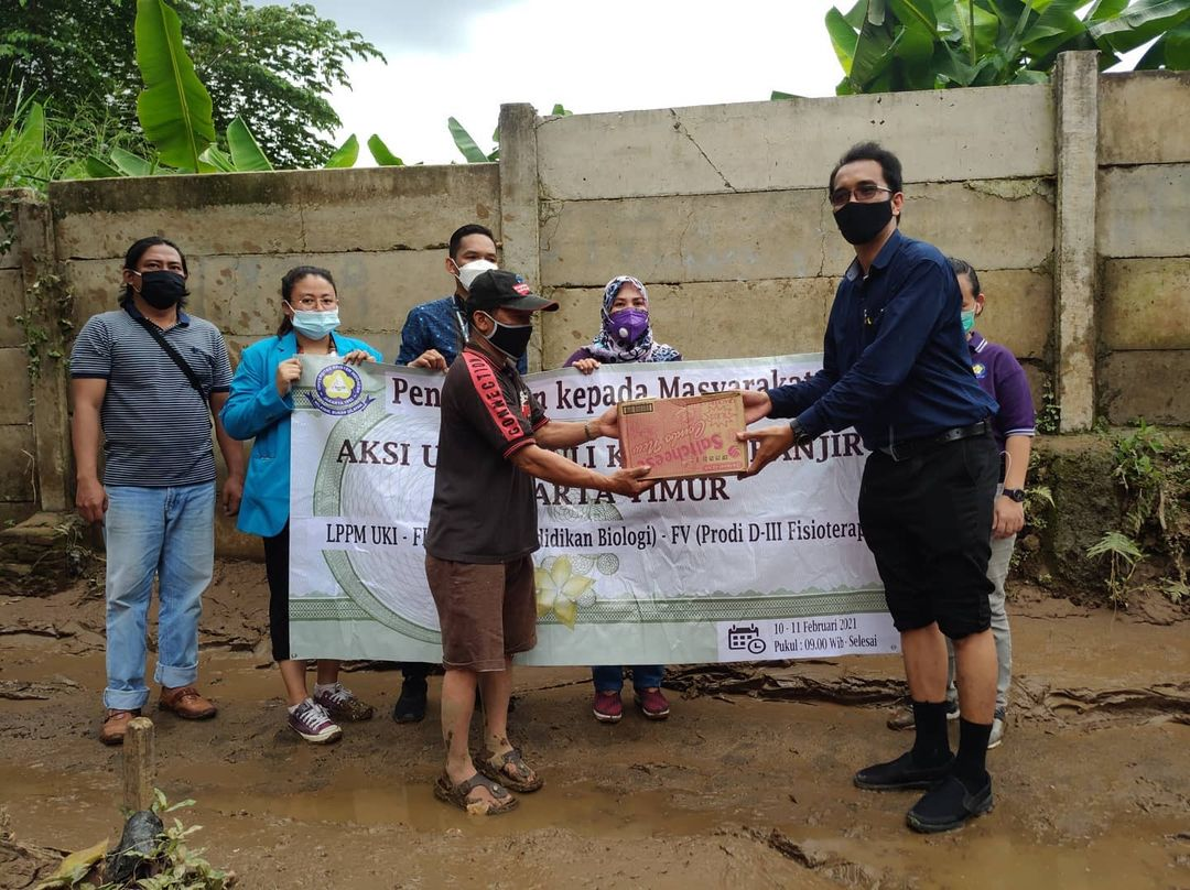 D3 Fisioterapi bekerjasama dengan LPPM UKI dan Kelurahan Cawang dalam rangka aksi UKI peduli korban banjir Jakarta Timur